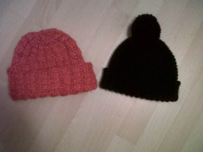 Bonnets H&M Rose fushia et noir Vendu 4¤ l'unité et 6¤ les deux .