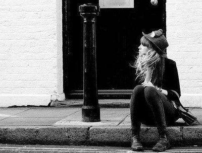 """""""Rêve, si sa peut te consoler, pleure, si sa peut te soulager, mais relève toi, reste fière et souris, car la vie n'est pas finie"""""""