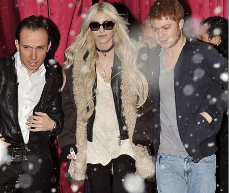 ●08/12/10 : Taylor à était vue sortant de son hôtel à Paris●