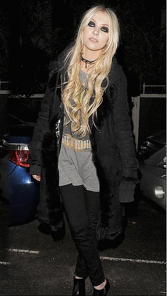 ●11/12/10 : Taylor a était apperçus sortant de son hôtel à Londres●