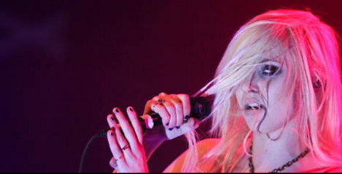 Taylor Momsen se produisait avec son groupe de rock, The Pretty Reckless, sur la scène du El Rey Theater de Los Angeles.