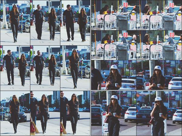 . .03/12/17. ▬ Emily et un de ses amis ont été vus allant manger un morceau dans un petit snack à - Los AngelesJe ne sais pas qui est cet homme. Sinon notre top model porte une combinaison bleu foncé, j'adore c'est très classe ! Top. Des avis? .