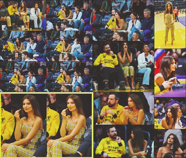 . .03/12/17. ▬ Dans la soirée la belle a été vue au match de basket des Lakers vs Houston Rockets à Los AngelesEmily est allée soutenir l'équipe des Lakers a en juger de sa tenue! J'adore cette combinaison à carreaux jaune ça lui va très bien! Top .