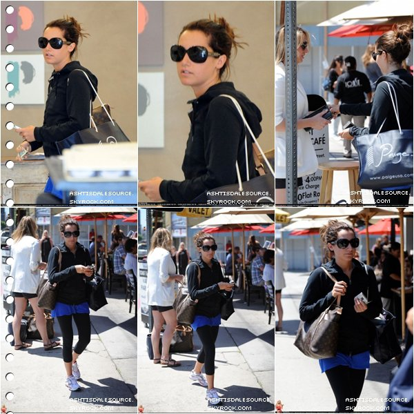 . Ashley quitte Toast Bakery Cafe à Los Angeles, le 7 mai 2010.  .
