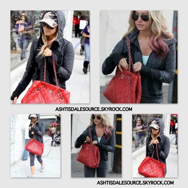 . Ashley se promenant à Robertson Boulevard et sortant d'un salon de coiffure  , le 29 février 2012.  .
