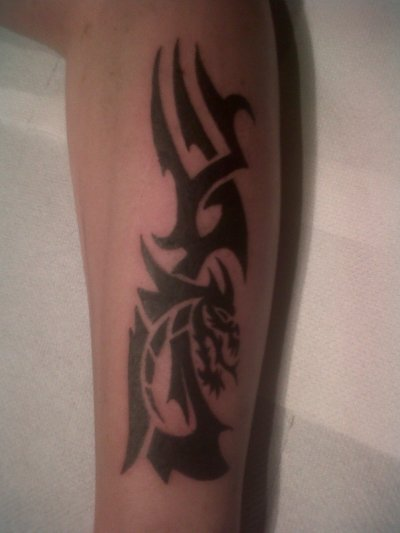 Tatouage dragon tribal sur avant bras