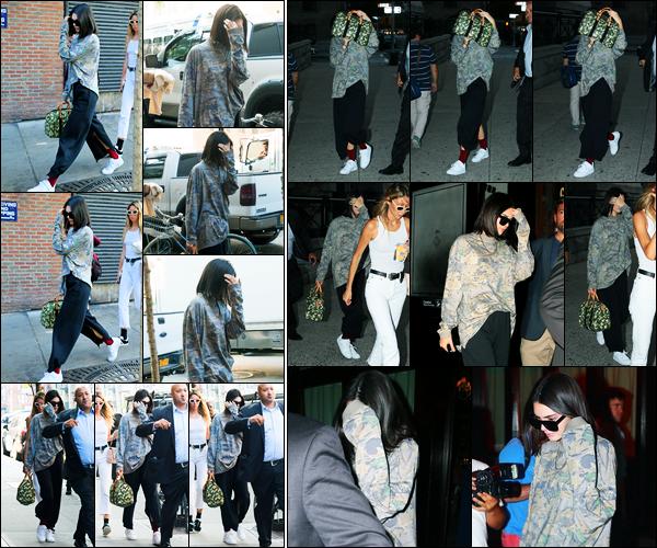 05.09.2017 ─ Kendall Jenner a été photographiée alors qu'elle arrivait au restaurant « Gemma », à New-York City.Plus tôt, la belle mannequin a été photographiée alors qu'elle arrivait au restaurant « Carbone » toujours à New-York. Concernant sa tenue, c'est un top.