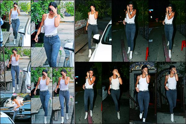 15.08.2017 ─ Kendall Jenner a été photographiée alors qu'elle quittait le tournage de KUWTK étant à Los Angeles.La belle était en compagnie de sa petite soeur, Kylie Jenner. Le soir, elle a été photographiée sortant au Pace à Los Angeles.. Sa tenue est top pour moi !