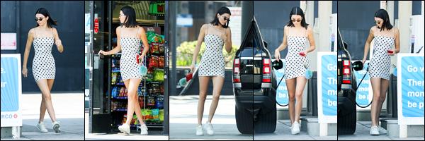 23.08.2017 ─ Kendall Jenner a été photographiée alors qu'elle était à une station service étant dans Beverly Hills.La belle mannequin enchaînent les sorties en ce moment, et cela fait plaisir. Concernant la tenue de la belle brunette, c'est un très beau top de ma part !