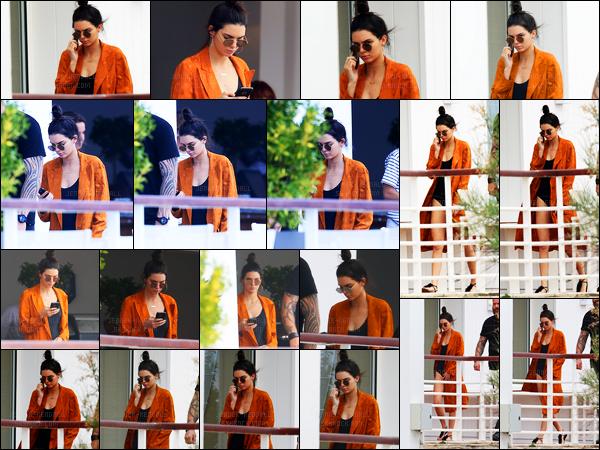13.05.2016 ─ Kendall Jenner a été photographiée, alors, qu'elle était à son hôtel « Cap-Eden-Roc » dans Antibes.La jeune mannequin Kendall prend donc du bon temps à son hôtel de luxe. La belle est apparue dans un maillot de bain noir et un gilet. C'est un jolie top