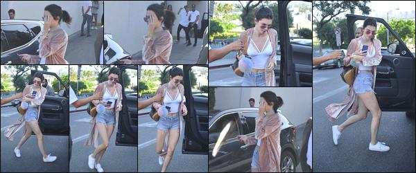 -07/08/2016- ─ Kendall Jenner a été photographiée, alors, qu'elle quittait un restaurant qui se situe dans Los Angeles CA.La jeune mannequin K. accompagnée de son amie, la mannequin, Hailey Baldwin, était vêtue d'un short, un top et un manteau assez jolie, c'est un top !