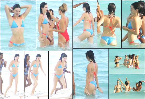 11.08.2016 ─ Kendall Jenner a été photographiée, pendant, qu'elle était sur la plage, en Îles Turques-et-Caïques.La jeune mannequin était donc là bas pour l'anniversaire de sa petite soeur, Kylie Jenner, et accompagnée de Hailey Baldwin et Bella Hadid. Un top !