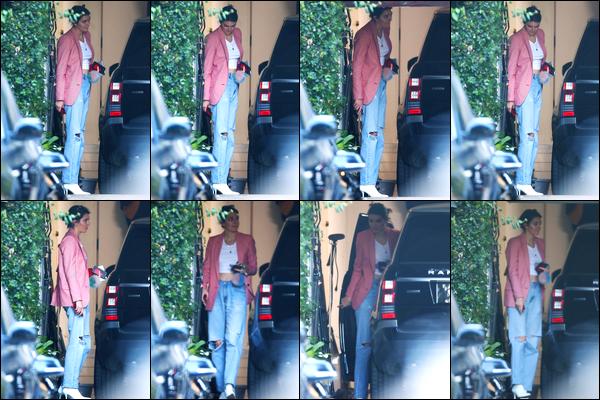21.10.2017 ─ Kendall Jenner a été photographiée alors qu'elle quittait le domicile d'un de ses amis à Beverly Hills.La belle se remet doucement à sortir, il était temps ! Concernant sa tenue, elle est vraiment basique mais c'est un top de ma part ! Dites moi votre avis.