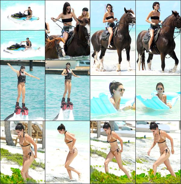 12.08.2016 ─ Kendall Jenner a été photographiée, pendant, qu'elle était sur la plage, en Îles Turques-et-Caïques.Une journée assez chargée pour la belle mannequin puisqu'elle a fais plusieurs activité durant la journée, dont du jet ski, et du cheval. C'est un top !