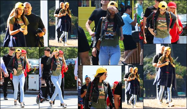 09.05.2016 ─ Kendall Jenner a été photographiée alors qu'elle était à «Legoland California» étant dans Carlsbad.La jeune mannequin été accompagnée de quelques amis à elle. Concernant la tenue de la belle Kendall Jenner, je n'aime pas du tout, c'est un flop.