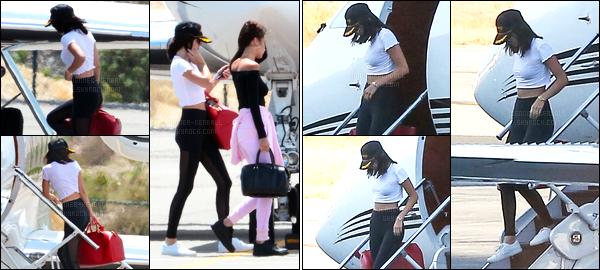 13.08.2016 ─ Kendall Jenner a été photographiée alors qu'elle prenait un jet privée, en Îles Turques-et-Caïques.Après quelques jours après avoir bien profité de ces vacances, Kendall J. a été vue arrivant à Van Nuys en compagnie de la mannequin, Bella Hadid.