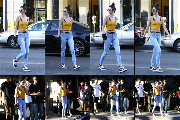 15.08.2016 ─ Kendall Jenner a été photographiée, alors, qu'elle se promenait dans les rues étant à Beverly Hills.Entouré de ces amis, la belle Kendall a été vue profitant d'eux dans la ville. Concernant sa tenue c'est une tenue décontracté, mais c'est donc un top