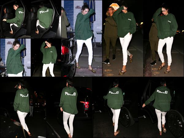 17.08.2016 ─ Kendall Jenner a été photographiée, alors, qu'elle se promenait dans les rues étant à Los Angeles.La jeune mannequin était accompagnée de son amie la belle Hailey Baldwin. Concernant sa tenue c'est une tenue décontracté, et simple, mais top.