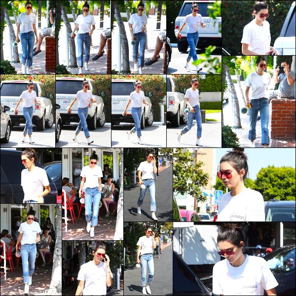 22.08.2016 ─ Kendall Jenner a été photographiée arrivant et quittant chez Fred Segal qui est dans Los Angeles.La jeune mannequin, pas très expressive ce jour-là, est apparue dans une tenue assez décontracté mais plutôt jolie à mon goût c'est donc top, vous ?