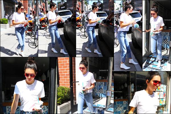 22.08.2016 ─ Kendall Jenner a été photographiée arrivant, puis, quittant chez Go Greek Yogurt, à Los Angeles.La jeune mannequin KJ, s'est rendue dans un restaurant qui est diététique... Toujours dans la même tenue et la même expression que auparavant.