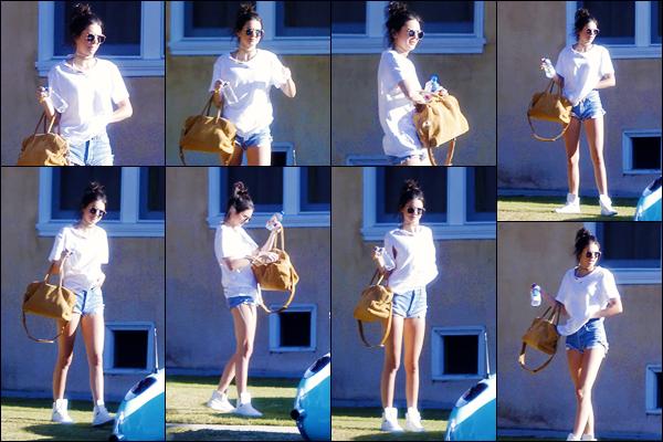 -23/04/2016- ─ Kendall Jenner a été photographiée, alors, qu'elle rejoignait sa voiture, étant, dans la ville à Los Angeles !La jeune mannequin a rejoins Rob, son frère, sa petite soeur Kylie et Caitlyn Jenner.. Ils ont donc profité d'un petit moment en famille c'est un jolie top !
