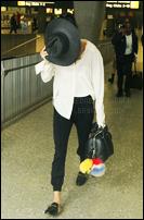 29.04.2016 ─ Kendall Jenner a été photographiée alors qu'elle arrivait à l'aéroport Dulles, étant dans Washington.La jeune mannequin s'est donc envolée à Washington pour assister au dîner de la maison blanche... Kendall se cachait malheureusement des paparazzis.