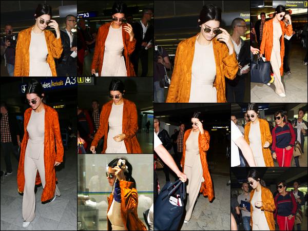 10.05.2016 ─ Kendall Jenner a été photographiée, alors, qu'elle arrivait à l'aéroport de LAX, étant, à Los Angeles.La jeune mannequin Kendall s'est donc envolée pour la France, pour se rendre au festival de Cannes, pour rejoindre notamment, Bella Hadid. Jolie tenue