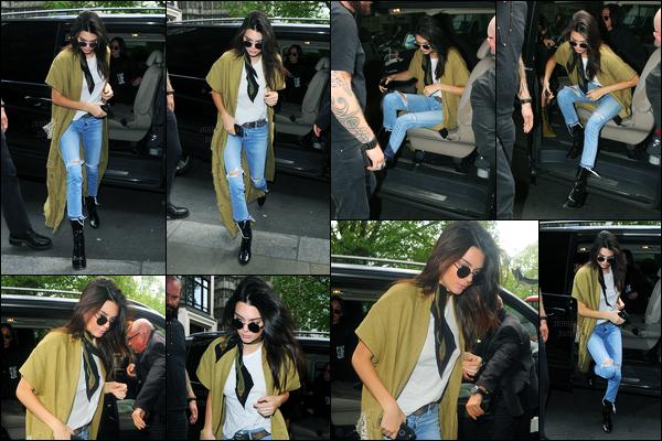 23.05.2016 ─ Kendall Jenner a été photographiée quittant le Dorchester Hotel, avec Kim Kardashian, à Londres.La jeune mannequin est donc arrivée dans la ville de Londres. Kend a ensuite été photographiée dans Londres toujours avec Kim. Sa tenue est top !