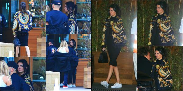 28.05.2016 ─ Kendall Jenner a été photographiée alors qu'elle quittait le Beverly Glen Deli, dans West Hollywood.La jeune mannequin K. a ensuite été aperçue arrivant/quittant le Soho Malibu à Malibu, avec ces amis, dont Hailey Baldwin ! Je n'aime pas sa veste..