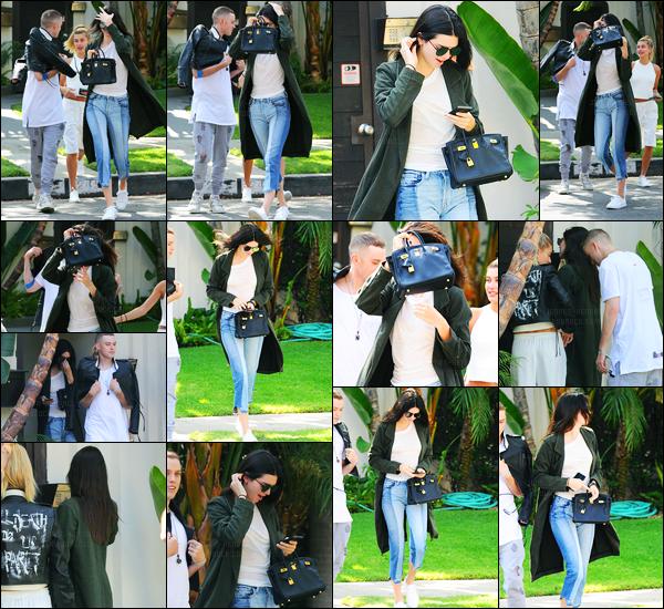 31.05.2016 ─ Kendall Jenner a été photographiée, alors, qu'elle quittait le domicile d'un ami, étant à Los Angeles.La jeune mannequin K. été donc accompagnée de son amie Hailey Baldwin, et de Harry Hudson. Kendall tentée de se cacher bien que mal. Jolie top !