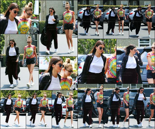 01.06.2016 ─ Kendall Jenner a été photographiée, alors, qu'elle se promenait avec Gigi Hadid, dans Los Angeles.La jeune mannequin été donc accompagnée de sa BFF Gigi Hadid. Concernant sa tenue je ne suis pas trop fan, c'est donc un flop pour ma part, avis?
