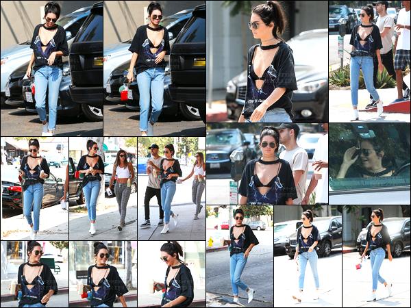 25.08.2016 ─ Kendall Jenner a été photographiée pendant qu'elle se promenait, dans les rues, dans Beverly Hills.La jeune mannequin a donc pris du bon temps. Concernant sa tenue, c'est une tenue assez osée, je vais dire, mais ça lui va très bien je trouve, top.