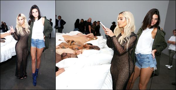 """26.08.2016 ─ Kendall Jenner était présente à l'exposition de Kanye West avec Kim Kardashian dans Beverly Hills.Ugh, je suis le chauffeur de @KendallJenner pour la soirée car elle a été bannie par Uber ! Pourquoi @Uber ?!?! C'est une passagère """"modèle"""" Avis ?"""