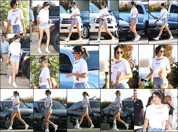 28.08.2016 ─ Kendall Jenner a été photographiée arrivant et quittant le restaurant Nobu se situant dans Malibu.La jeune mannequin n'arrête donc pas de sortir en ce moment ! Concernant sa tenue, j'aime beaucoup quand elle s'habille comme cela, c'est un top!
