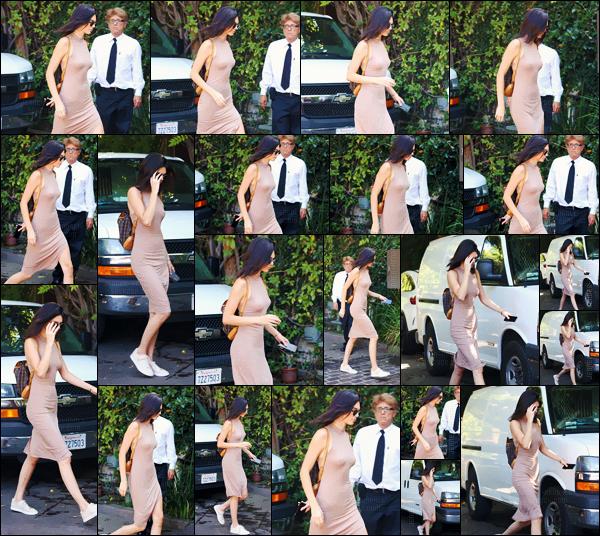 - 05.08.16 ─ Kendall Jenner arrivait au restaurant steak house « The Villa » dans le quartier de Woodland Hills ! [/s#00000ize]La mannequin était affublée d'une robe rosée en coton avec son fidèle back-pack Louis Vuitton ! Un look très décontracté pour une sortie en ville ... -