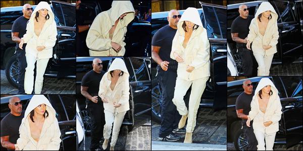 07.09.2016 ─ Kendall Jenner a été photographiée alors qu'elle se promenait, dans les rues, dans New-York City.La jeune mannequin enchaîne les sorties ce jour-là. Kim Kardashian a postée une photo de Kendall, Kylie et de elle même sur le réseau d'Instagram.