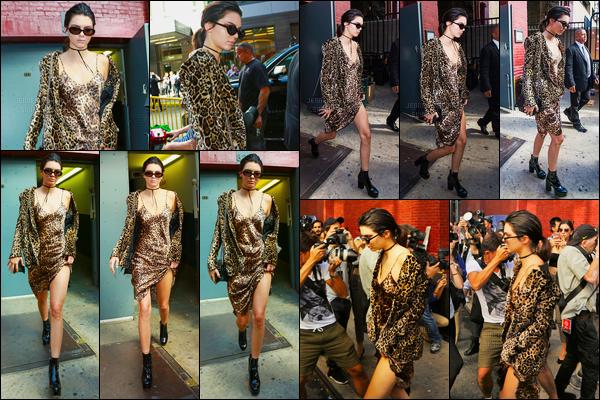 15.09.2016 ─ Kendall Jenner a été photographiée alors qu'elle quittait le show de Marc Jacobs, à New-York City.Accompagnée de ses lunettes de soleil sur le nez, la jeune mannequin était vêtue d'une simple robe, et un gilet à motif léopard, c'est  bof, vos avis ?