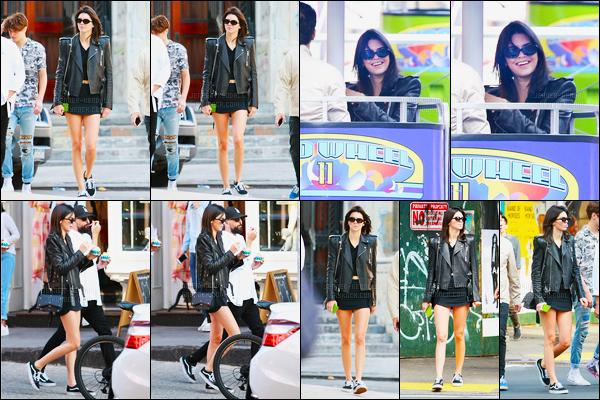 16.09.2016 ─ Kendall Jenner a été photographiée, alors, qu'elle se promenait dans les rues dans New-York City.La jeune mannequin profite donc de son temps libre avec ces amis. Et dans un parc d'attraction ! Concernant sa tenue c'est un top de ma part, avis?