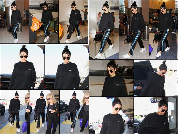 26.09.2016 ─ Kendall Jenner a été photographiée, alors, qu'elle arrivait à l'aéroport de LAX, étant à Los Angeles.La jeune mannequin a donc quittée la ville de Los Angeles en direction, d'après mes sources, de New-York C. Qui dit avion dit tenue décontracté, flop.