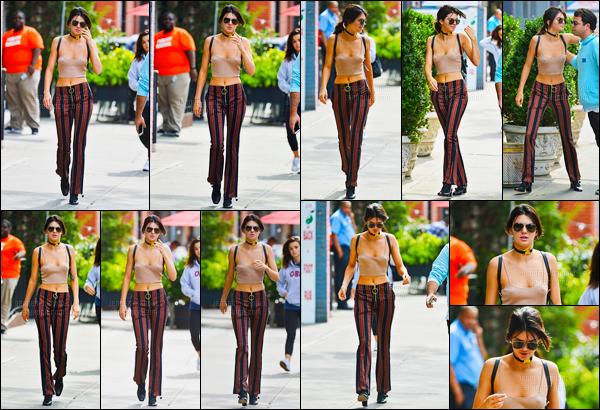 27.09.2016 ─ Kendall Jenner a été photographiée arrivant puis quittant son hôtel, qui se situe, dans New-York C.La jeune mannequin est donc aller se changer pour ensuite se rendre au MTV's Total Registration Live. Sa tenue est super jolie pour moi, et vos avis ?