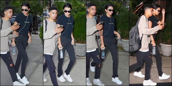 28.09.2016 ─ Kendall Jenner a été photographiée arrivant puis quittant son hôtel, qui se situe, dans New-York C.La jeune mannequin est sortie dans une tenue totalement noir, c'est plutôt simple je trouve, j'aime pas trop. Nous n'avons pas beaucoup de photos.