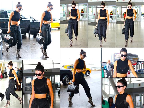 29.09.2016 ─ Kendall Jenner a été photographiée alors qu'elle arrivait à l'aéroport de JFK, qui est, à New-York C.La jeune mannequin est sortie de l'appartement de Gigi Hadid après y avoir passer la nuit. La mannequin s'est donc envoler pour Paris, c'est un top !