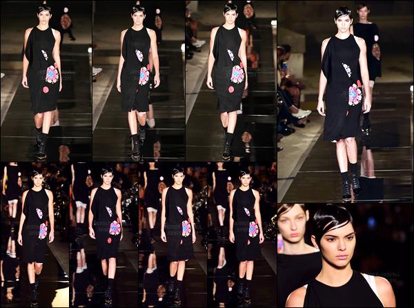 02.10.2016 ─ Kendall Jenner a défilée pour la marque de couture Givenchy pour la fashion week étant dans Paris.Bon alors là mon avis, c'est que la tenue déjà est horrible et en plus de cela, la coiffure, c'est pas possible. Je n'aime pas du tout, c'est un gros flop !