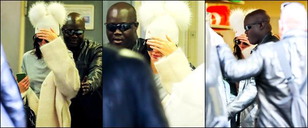 02.10.2016 ─ Kendall Jenner a été photographiée arrivant puis quittant un hôtel, se situant dans Paris, en France.Kendall J. s'est rendue à l'hôtel de Kim Kardashian où celle à été agresser. Nous avons retrouver la mannequin entouré de garde du corps plus tard..