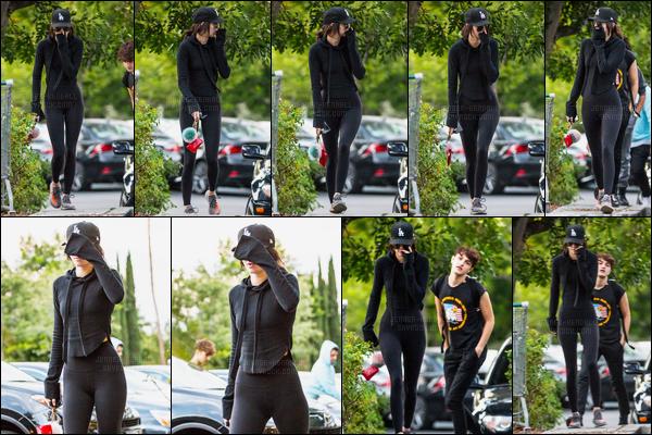 23.10.2016 ─ Kendall Jenner a été photographiée arrivant puis quittant Barnes and Noble, étant dans Calabasas.Tiens ça faisait longtemps qu'on avait pas vu cette tenue toute noir ! Accompagnée de ses lunettes de soleil, K a tenté d'être discrète apparemment..