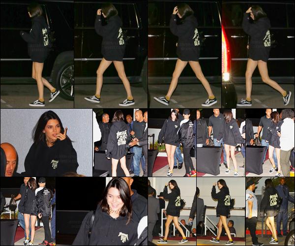 25.10.2016 ─ Kendall Jenner a été photographiée arrivant, puis, quittant The Forum, se situant dans Inglewood.Kendall est arrivée très souriante mais en est sortie en essayant de se cacher avec la capuche de son pull. Sa tenue est un top de ma part, et vous ?