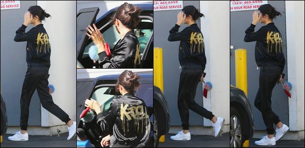 03.11.2016 ─ Kendall Jenner a été vue alors qu'elle allait au restaurant Jon And Vinny's Italian dans Los Angeles.Nous avons peu de photo de K., et en plus de cela, elle se cache des paparazzis ! Concernant sa tenue, c'est un bof de ma part, j'aime que la veste.