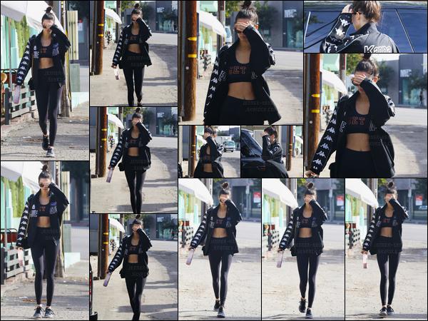 12.11.2016 ─ Kendall Jenner a été photographiée alors qu'elle quittait son cours de gym, étant, dans Los Angeles.La belle n'avait pas l'air d'humeur à laisser les paparazzis la prendre en photo puisqu'elle se cache !! Concernant la tenue, c'est un top pour moi. Avis?