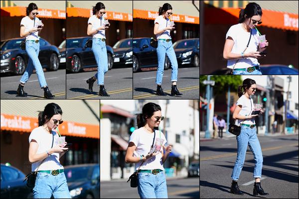 13.11.2016 ─ Kendall Jenner a été photographiée alors qu'elle quittait Kreation Organic Juicery dans Beverly Hills.Accompagnée d'une boisson à la main la belle profitait du beau soleil pour sortir ! Concernant sa tenue, c'est un top de ma part... Et vous, vos avis ?