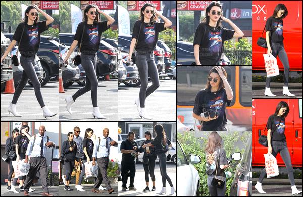 16.11.2016 ─ Kendall Jenner a été photographiée alors qu'elle se promenait dans les rues dans West Hollywood.Accompagnée d'une amie et d'un appareil photo la belle brune a été photographiée dans les rues sûrement pour du shopping. Sa tenue c'est un top !